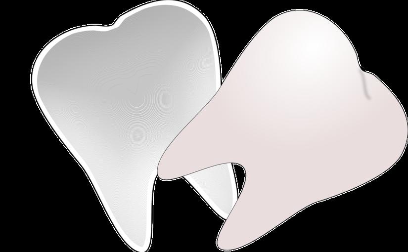 Prześliczne zdrowe zęby również olśniewający cudny uśmieszek to powód do zadowolenia.